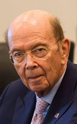 El nominado a secretario de Comercio Wilbur Ross asiste a una reunión con Donald Trump.