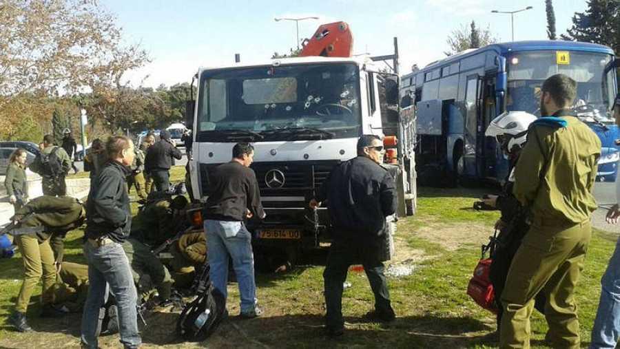 Impactos de bala en la luna del camión utilizado en al atentado