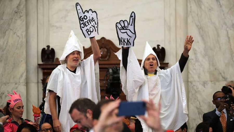 Activistas disfrazados de miembros del Ku Klux Klan protestan en la comparecencia de Ssesions en el Senda de los EE.UU.