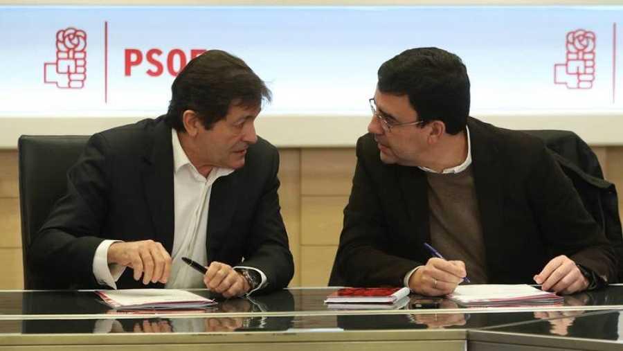 El presidente y portavoz de la gestora del PSOE, Javier Fernández y Mario Jiménez.