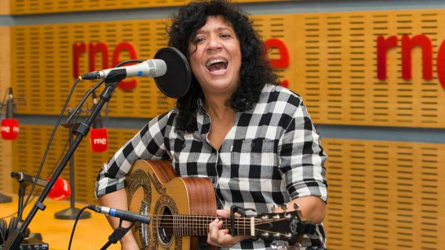 La cantante canaria tocó sus nuevos temas en acústico