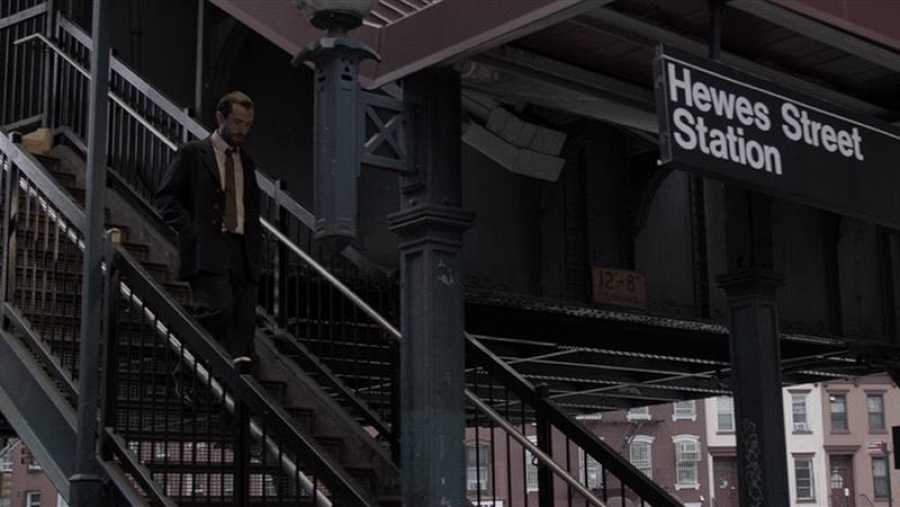 Larry De Mecco baja por las escaleras del metro de Nueva York en un fotograma de la película