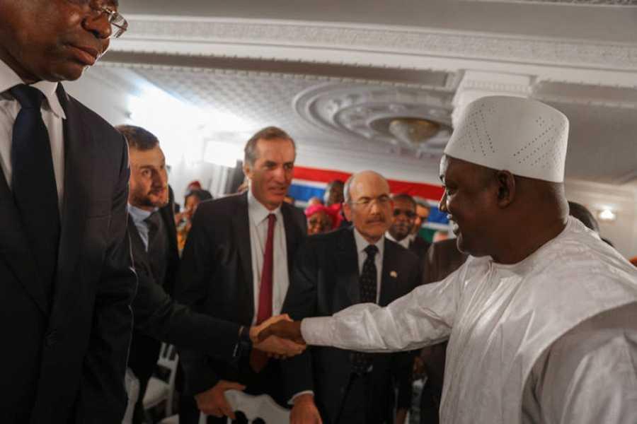 Adama Barrow saluda a varios embajadores tras jurar el cargo de presidente de Gambia en Dakar
