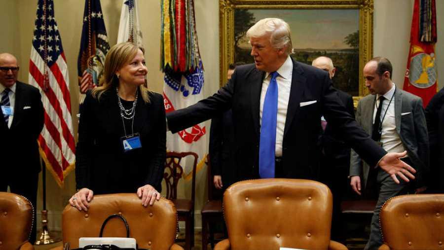Trump, con la CEO de General Motors, Mary Barra, en la Casa Blanca