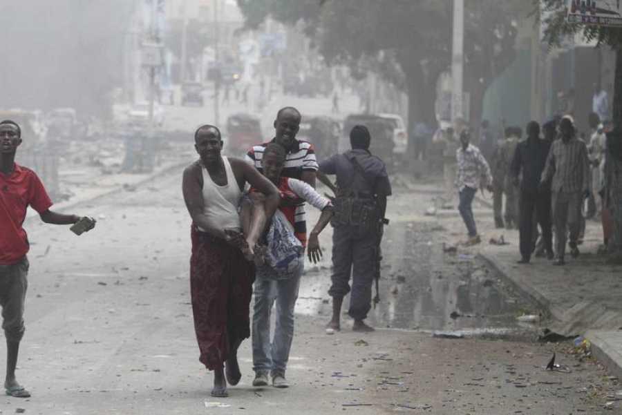 Un hombre herido recibe ayuda tras el atentado en el Hotel Dayah, cerca del Parlamento somalí