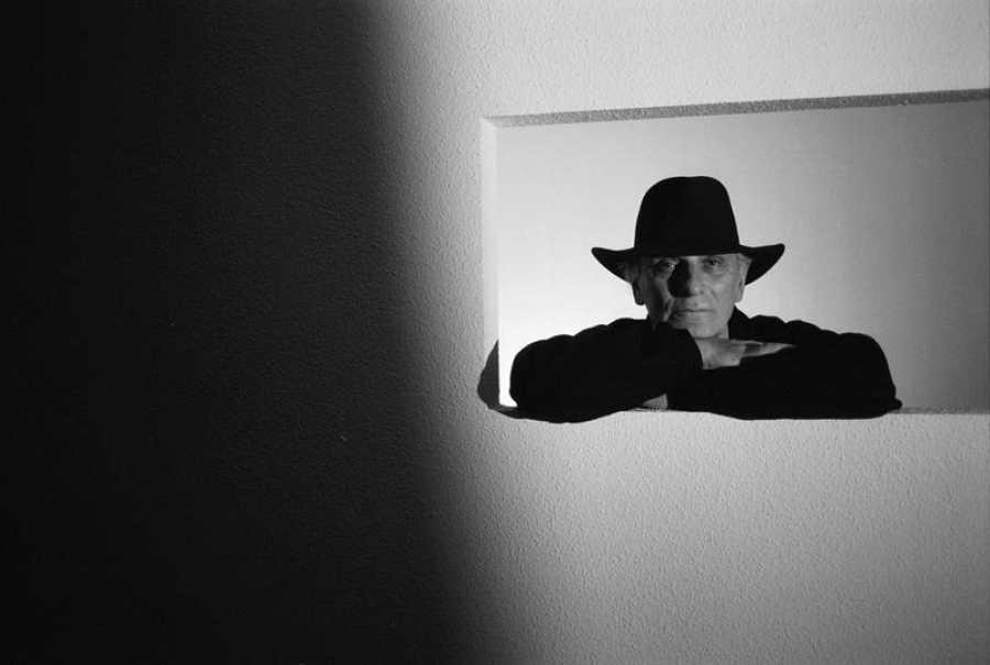 El realizador y fotógrafo Carlos Saura, retratado con la luz de Zambrana