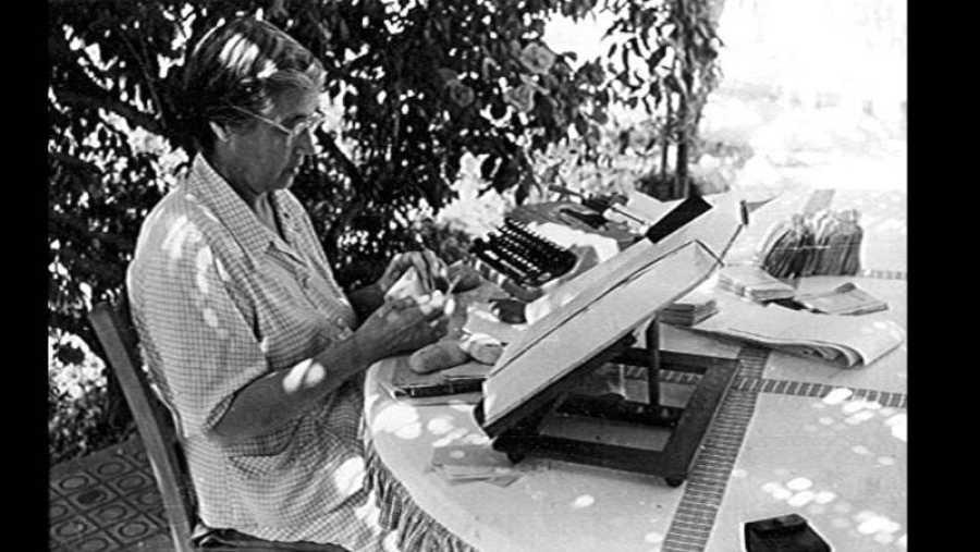 La lexicógrafa María Moliner, trabajando