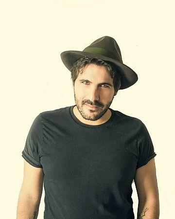 El cantante, músico y compositor sevillano Alberto Romero, Capitán Cobarde, anteriormente conocido como 'Albertucho'
