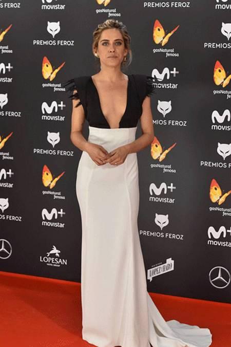 a51d18b12d María León con vestido bicolor de Antonio García en los premios Feroz 2017.  noticias