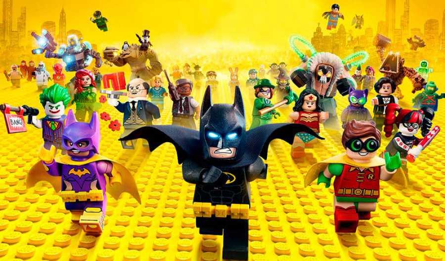 Batman con las versiones de Lego de sus principales amigos y enemigos
