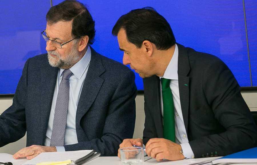 El vicesecretario de Organización de PP, Fernando Martínez-Maillo, habla con Rajoy