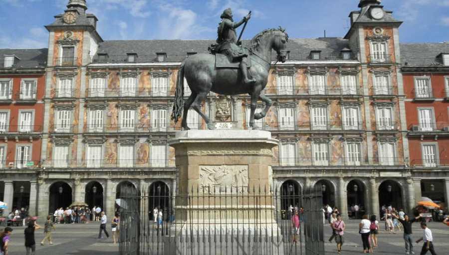 El monumento ecuestre de Felipe III preside la Plaza Mayor de Madrid