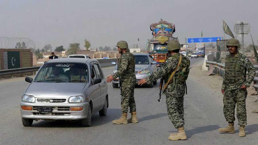 Soldados pakistaníes en un control en Peshawar