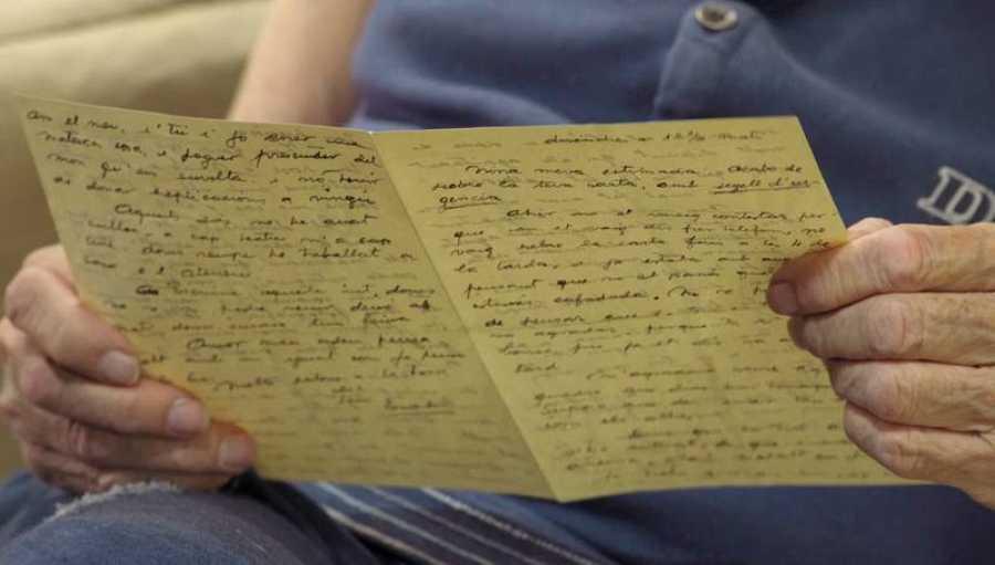 Julián, el hijo de Ángeles Santos, conserva las cartas de su madre