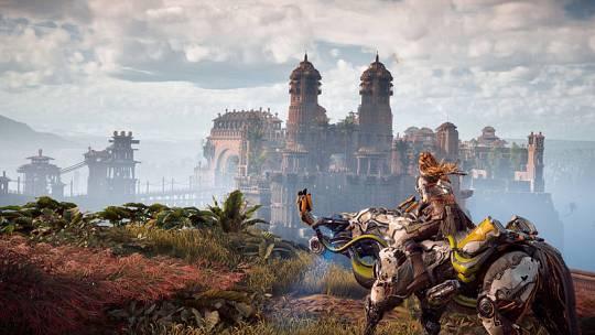 Aloy galopa a lomos de una máquina en el videojuego 'Horizon Zero Dawn' de PS4.