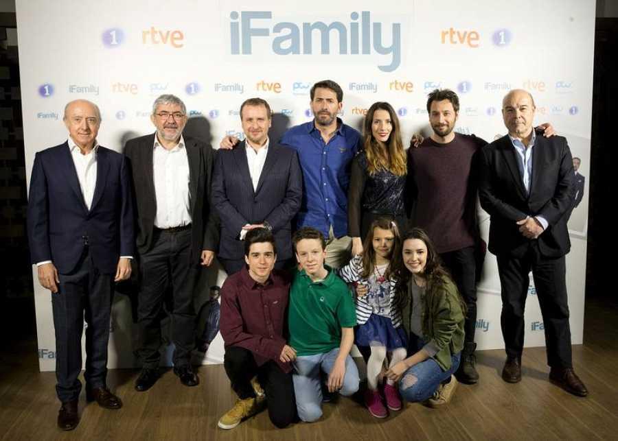 El equipo de 'iFamily', la nueva comedia de RTVE, posa al completo en su presentación a los medios