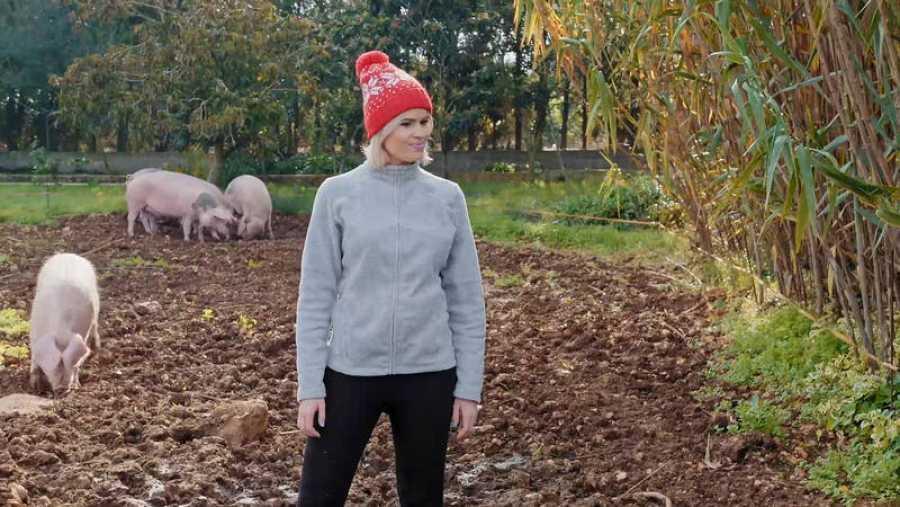 Adriana Abenia, de campesina, cuidará la granja, dará de comer a los animales y recogerá limones, entre otras tareas