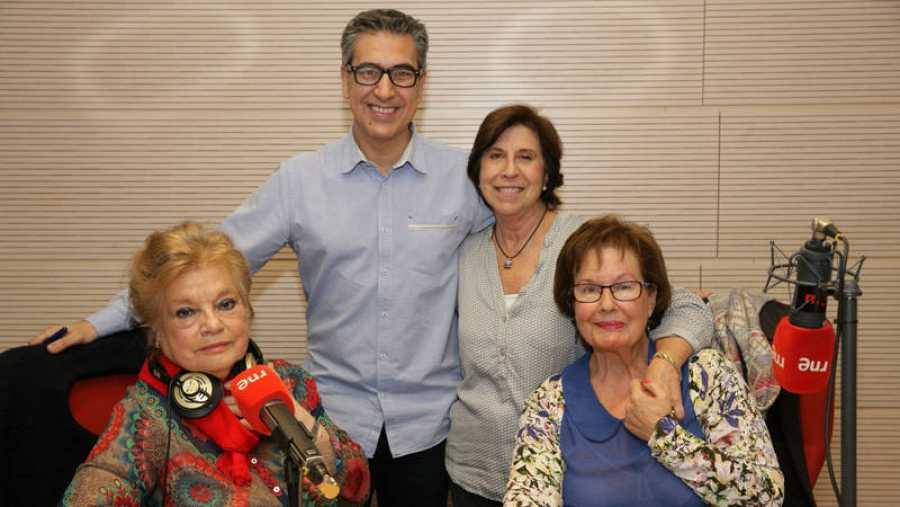 De izqda. a drcha., Aurora de Andrés, María Jesús Chao y Tina Barriuso, con Arturo Martín