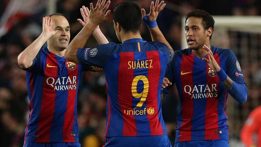 Suárez e Iniesta celebran uno de los seis goles del Barcelona