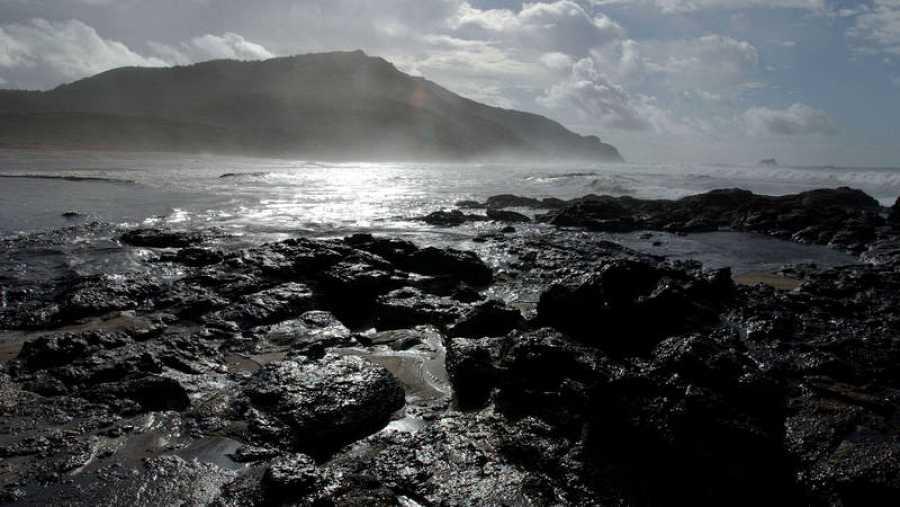 El petrolero Prestige se hundió frente a las costas gallegas en noviembre de 2002
