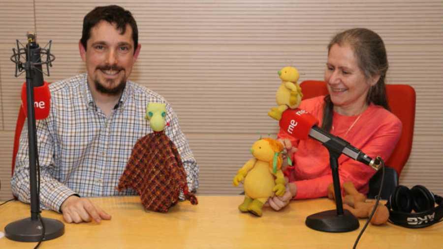 Guillermo Gil y Marta Bautista posan con sus marionetas