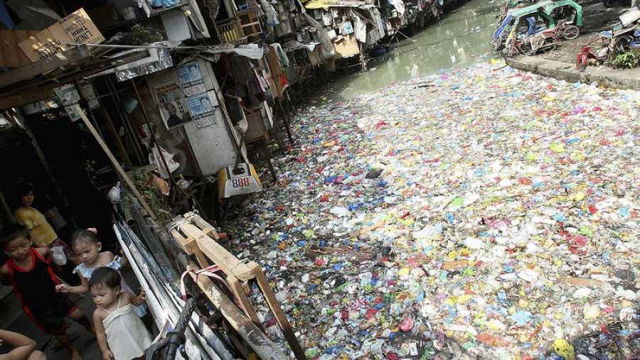 Río contaminado en Manila, Filipinas