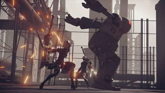 2B y 9S luchan contra una máquina alienígena en 'NieR: Autómata'.