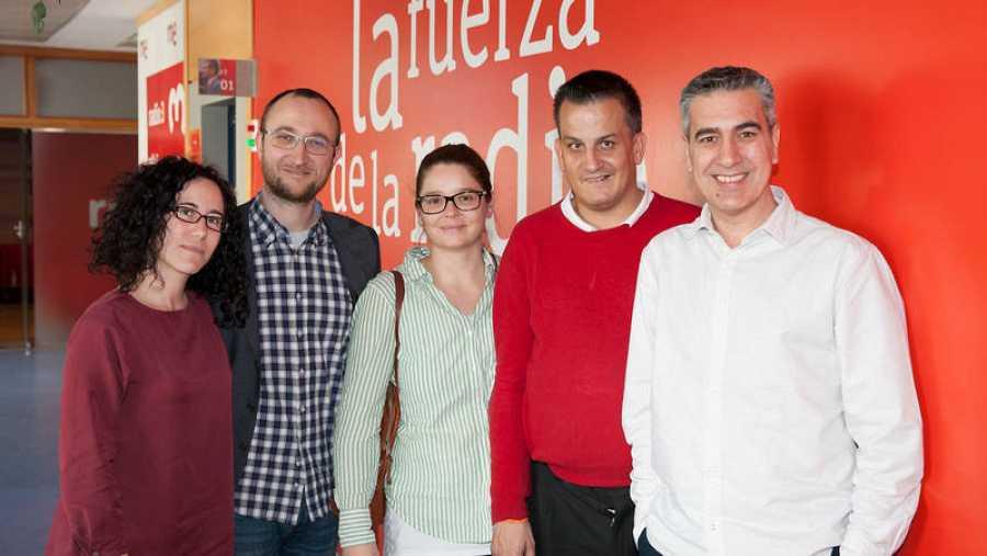 Arturo Martín, director de 'Memoria de delfín', con sus últimos invitados