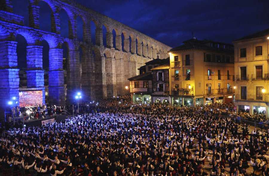766 bailan la Jota en Segovia y consiguen el Récord Guiness por el autismo