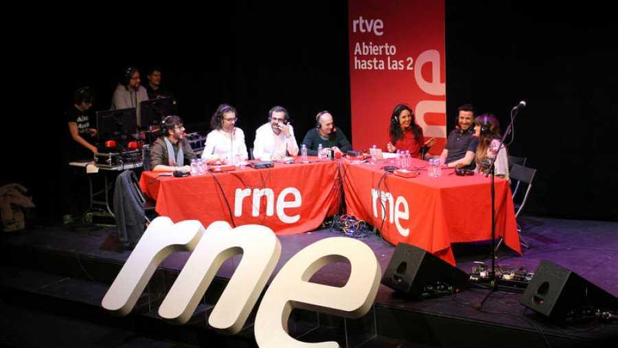 Un momento del programa, con todo el equipo, Rozalén y Funambulista
