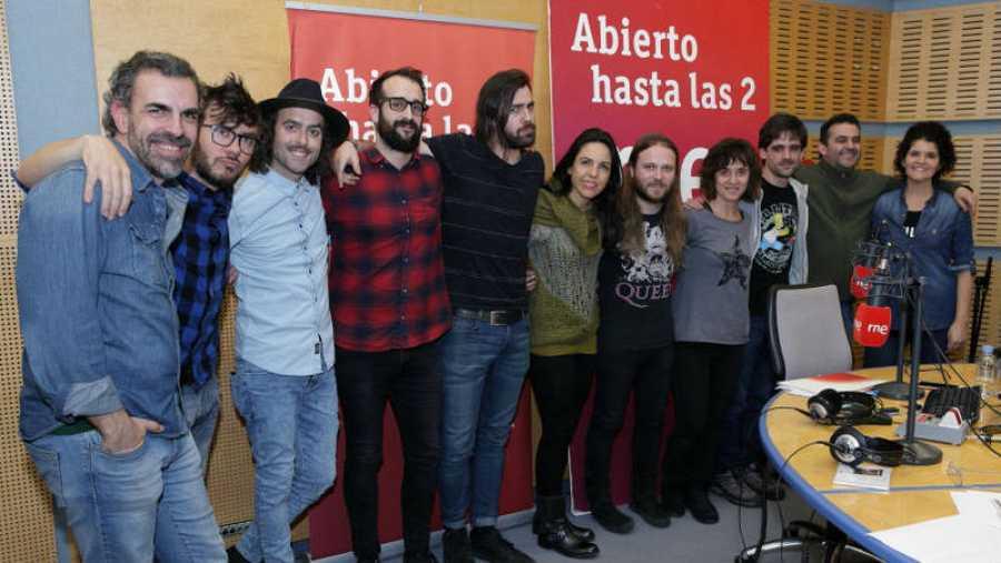 Imagen final con toda la banda y el equipo de Paloma Arranz