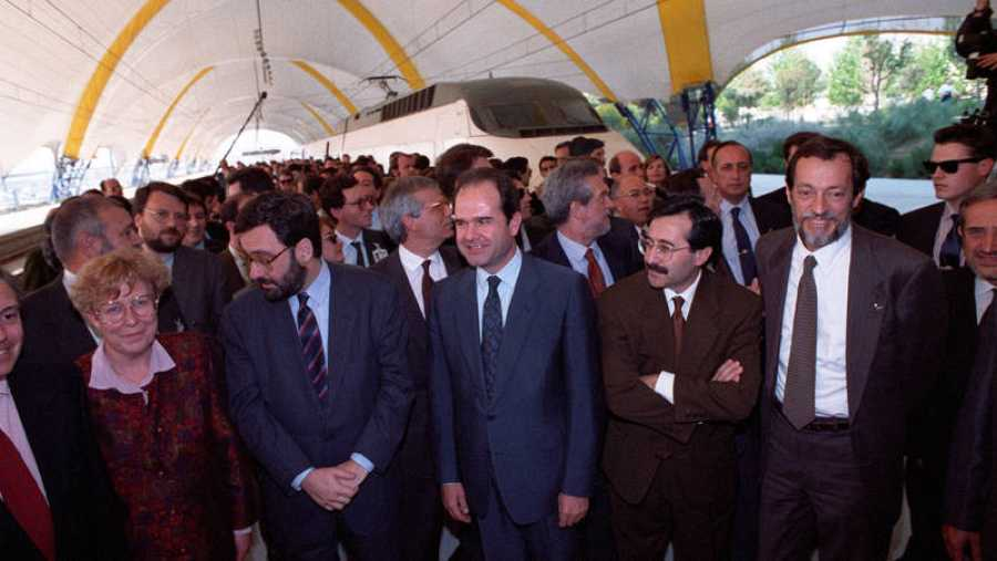 Narcís Serra (2i) y Manuel Chaves (3i) en la terminal del AVE de la Expo 92 de Sevilla