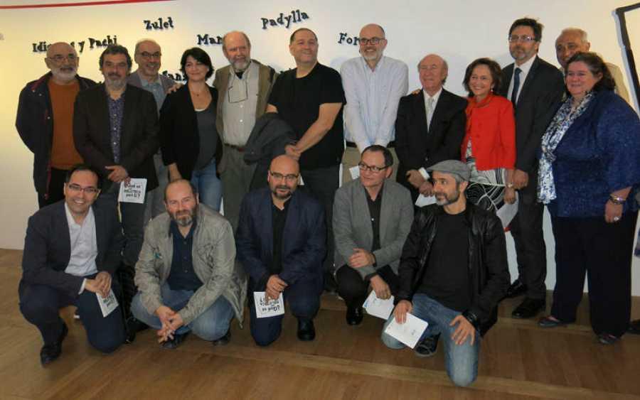 Algunos de los viñetistas que participan en la exposición y los responsables de la misma