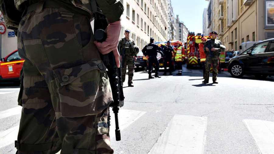 Las fuerzas de seguridad y los bomberos se despliegan en Marsella durante la operación en la que se ha detenido a dos presuntos yihadistas
