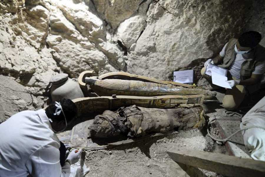 Arqueólogos egipcios documentan el contenido de una tumba de la necrópolis de Dra Abu al Naga en Luxor, en el sur de Egipto