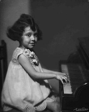 En 1929, con seis años, Alicia de Larrocha ya ofrecia sus primeros recitales en la Academia Marshall que fundó años atrás el gran Enrique Granados
