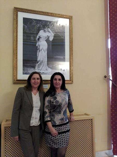 Concha Largo y Ana Vega, bajo una foto histórica de María Guerrero en el CDN