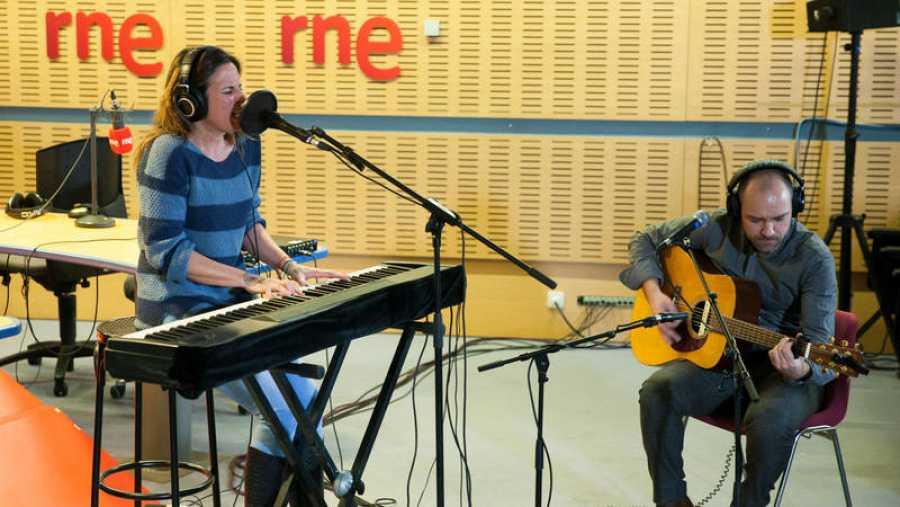Toni Brunet acompaña a la guitarra a la artista segoviana