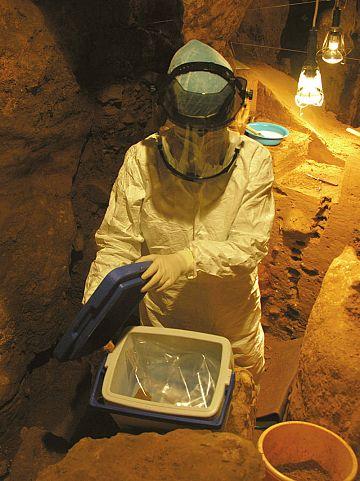 El investigador del CSIC Carles Lalueza-Fox guardando muestras en la cueva de El Sidrón.