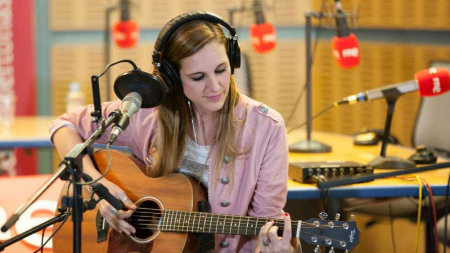 La cantante y compositora presenta su quinto álbum en acústico