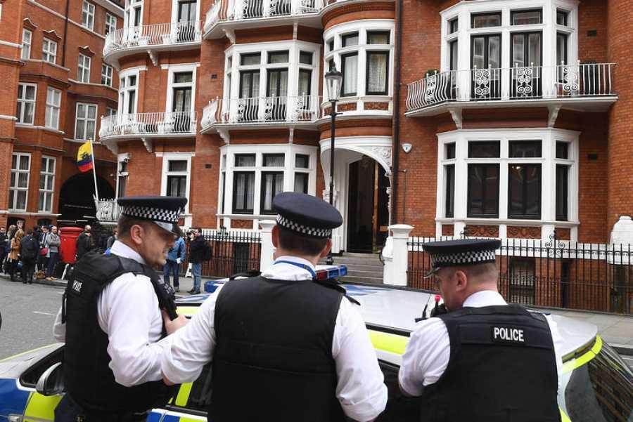La policía británica permanece a las puertas de la embajada de Ecuador en Londres.