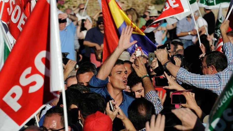 Militantes rodean a Sánchez en un mitin de las primarias del PSOE.