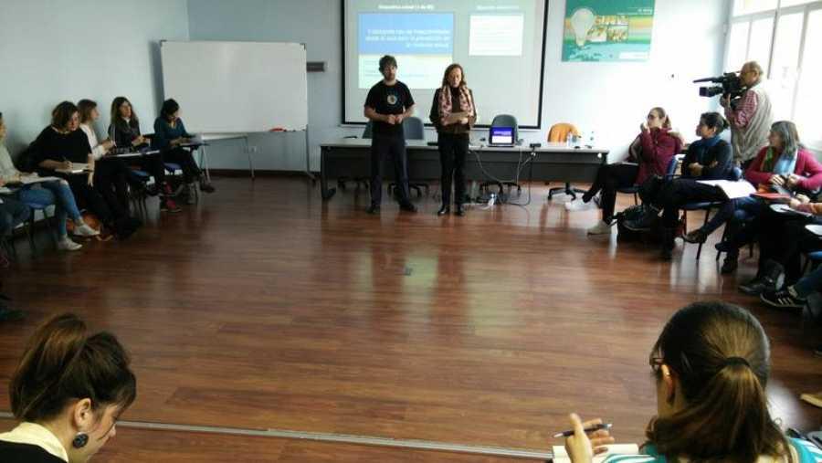 Erick Pescador durante su charla en el Centro de Formación del Profesorado en GIjón