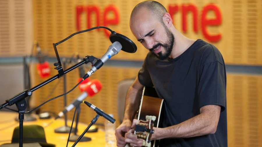 El argentino toca en acústico nuevos temas incluidos en '11'