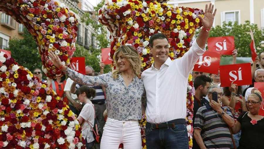 Pedro Sánchez, acompañado de su mujer, Begoña Gómez.