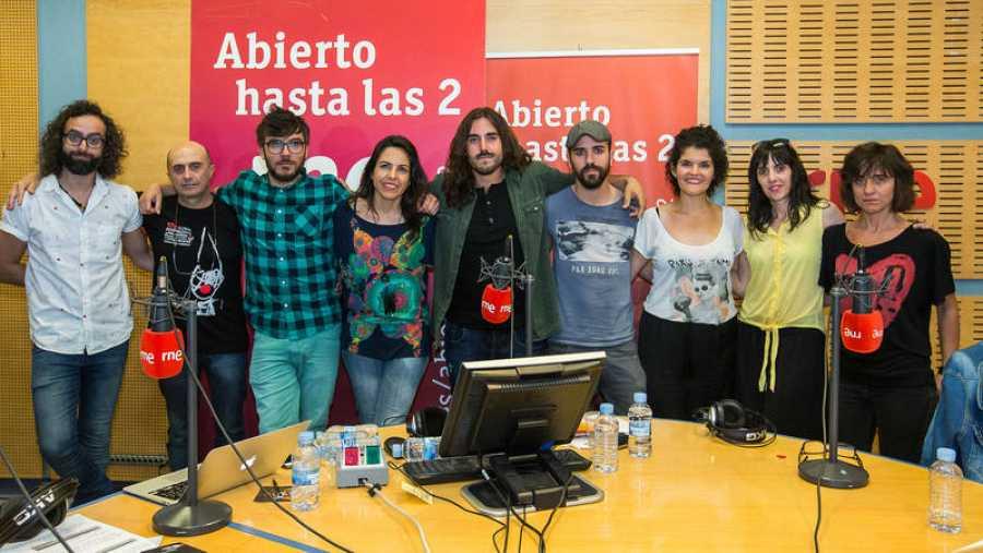 Suárez, en la imagen final de programa, con Paloma Arranz, Pepe Viyuela, Antílopez, Patricia Costa y todo el equipo