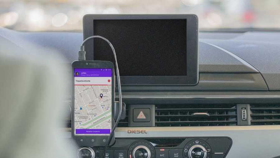 Un conductor con la aplicación de Cabify en su coche / FOTO: CABIFY