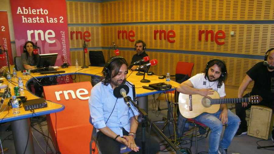 Carmona, en un momento del programa, con su banda