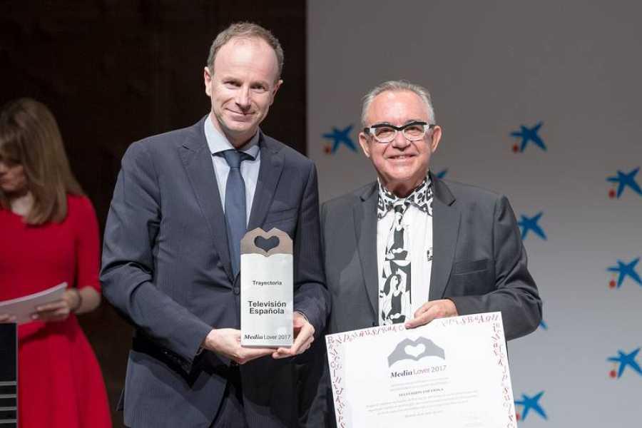 Toni Sevilla,director de Contenidos, Canales y Producción de Programas de TVE, recoge el premio a TVE con motivo del 60 aniversario