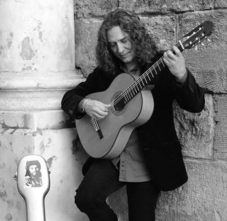 Tomatito siempre esta buscando nuevos sonidos y nuevas obras para  tocar con su guitarra